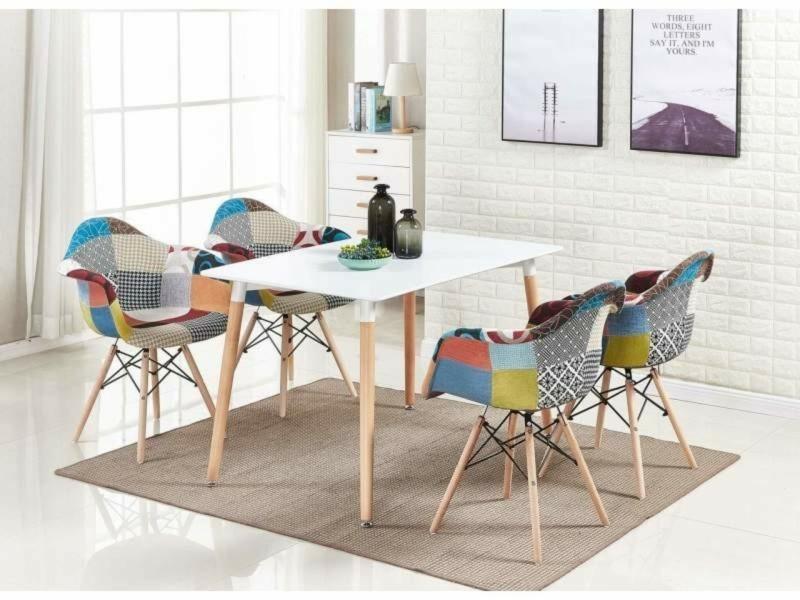Table blanche + 4 chaises avec accoudoirs en tissu patchwork - design scandinave